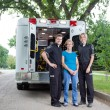 ambulanciers avec patient — Photo