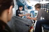 Ambulans kadın kıdemli — Stok fotoğraf