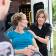 ambulans arbetare med patienten — Stockfoto