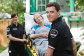 Ambulans işçi hasta ile — Stok fotoğraf