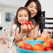 Mother and Daughter in Kitchen with Strawberries — Stockfoto