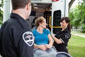 Mutlu kadın ambulans — Stok fotoğraf