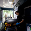 ambulance interieur met de patiënt en de paramedicus — Stockfoto