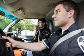 Sağlık görevlisi ambulansa radyo ile — Stok fotoğraf