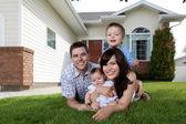 Gelukkige familie van vier liggen op gras — Stockfoto