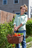 Mujer senior feliz con verduras frescas — Foto de Stock