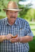 Starší muž psaní Sms — Stock fotografie