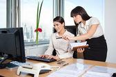 Dwóch kierownictwo kobiece kobieta pracuje w biurze — Zdjęcie stockowe