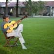 Man Playing Guitar in Lawn — Stockfoto