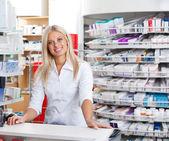 Farmacista donna in piedi al banco cassa — Foto Stock