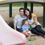 casal que estava com seu filho no parque infantil — Foto Stock