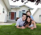 Liggend op gras en gelukkige familie — Stockfoto
