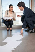 Man Helping Woman Collect Fallen Documents — Stock Photo