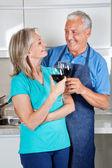 äldre par grillas vin — Stockfoto