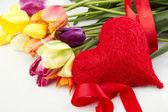 тюльпаны и фотографии красные сердца — Стоковое фото