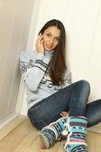 Mladá žena mluví po telefonu — Stock fotografie
