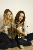 Two attractive friends drinking tea — Stockfoto