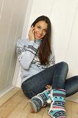 Młoda kobieta rozmawia przez telefon — Zdjęcie stockowe