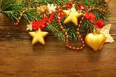 クリスマスの装飾と赤いリボン、クリスマス ツリーにぼやけて木製 — ストック写真