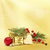 De gift van kerstmis en decoratie op gouden achtergrond — Stockfoto