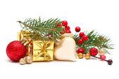 Jul koncept - fir gren, röda bär, röd inredning — Stockfoto