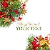 Vánoční hranice - zelené větve, červené hvězdy a zlaté zdobení — Stock fotografie