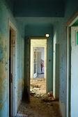 Pasillo de la peladura en edificio abandonado — Foto de Stock