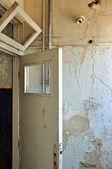 Deurframe en peeling verf muur — Stockfoto
