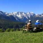 Elderly pair admires a mountain landscape — Stock Photo