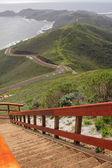 Observatiepunt en heuvels door oceaan — Stockfoto