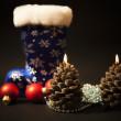 Елочные украшения и рождественские свечи с темно-синий — Стоковое фото