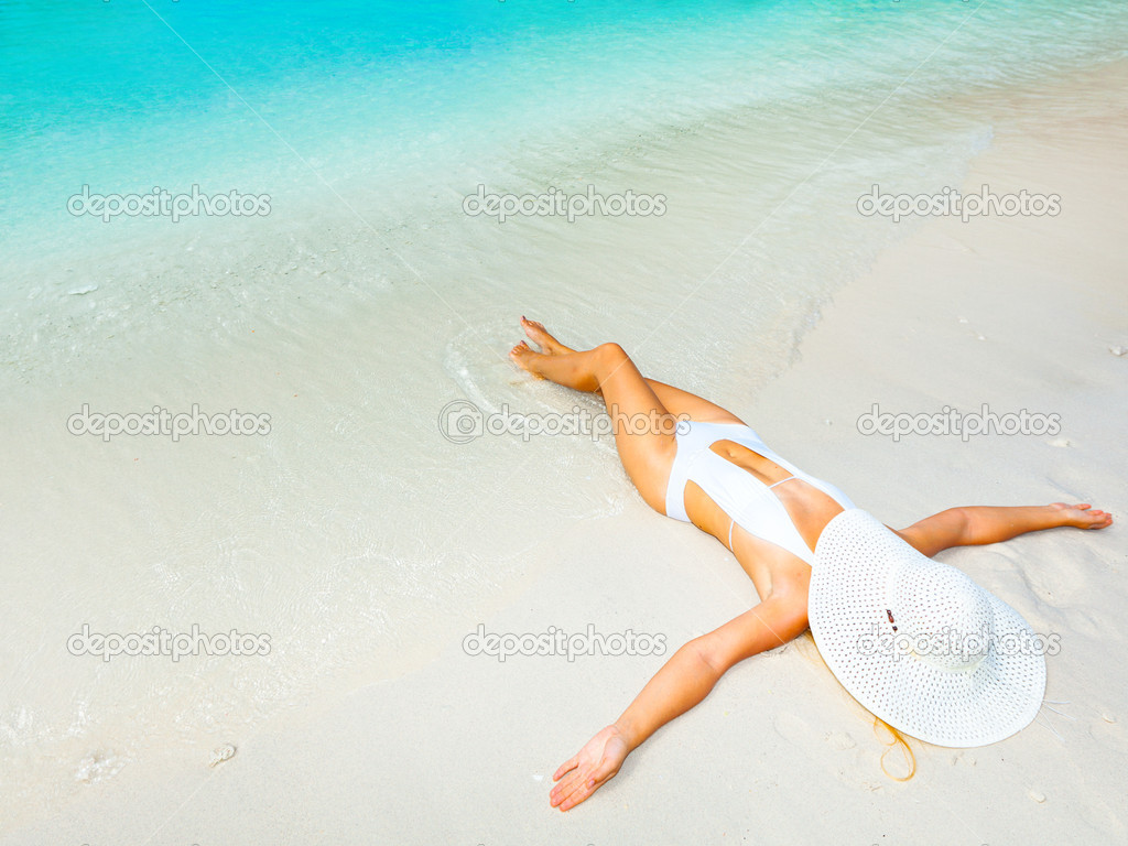 Beautiful woman sunbathing on the sandy beach. — Stock Photo #7693391