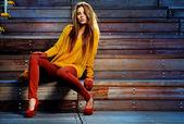 Ung brunett kvinna porträtt i höstfärg — Stockfoto