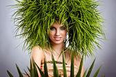 Młoda kobieta i streszczenie włos zielony — Zdjęcie stockowe