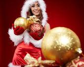Linda chica joven con bolas de Navidad — Foto de Stock