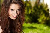 Uśmiechający się piękna kobieta na trawie — Zdjęcie stockowe
