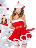 Una mujer bonita en sostener sus regalos de navidad — Foto de Stock