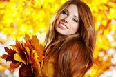 Jonge mooie vrouw in de herfst park. — Stockfoto