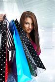 Schöne shopping frau in einem unentschieden-einkaufszentrum — Stockfoto