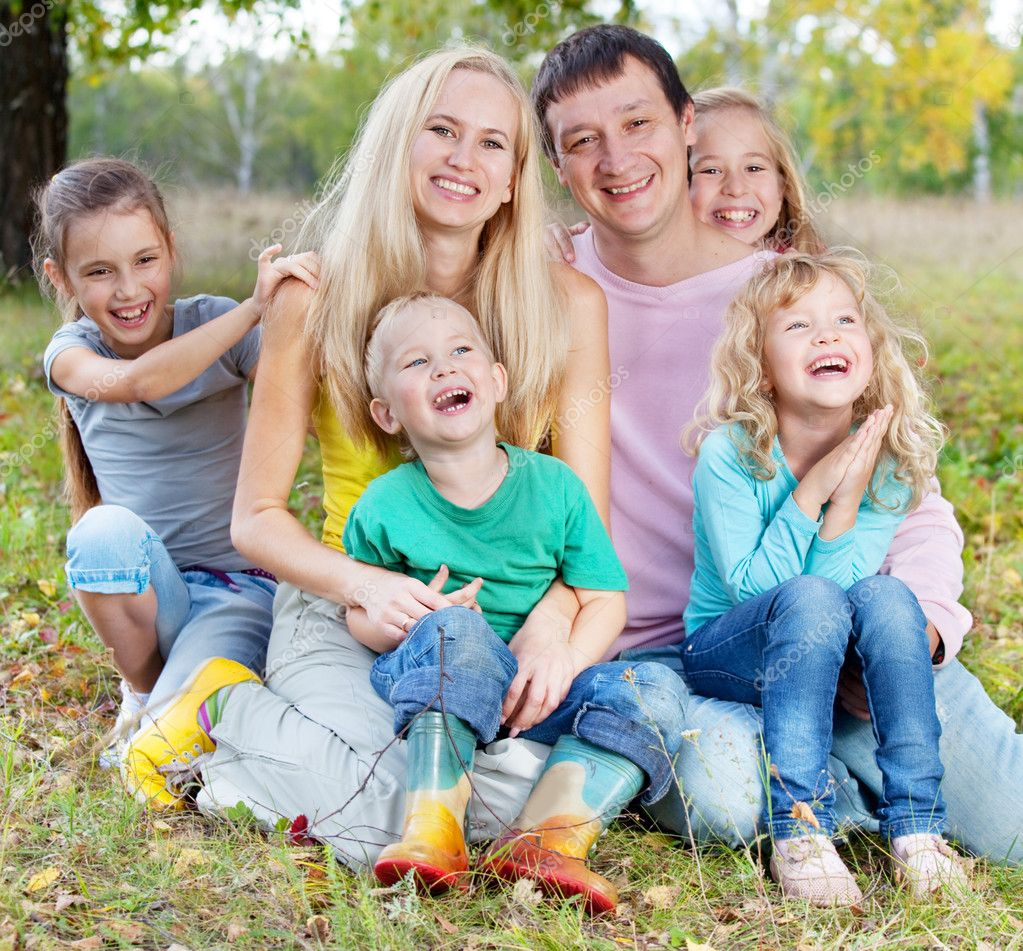 Happy large family with children in autumn park — Stock Photo #6994935