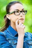 Sogni di giovane donna occhiali — Foto Stock