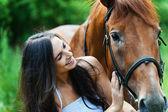žena další kůň — Stock fotografie