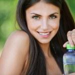 迷人的裸女人瓶水的肖像 — 图库照片