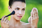Portre çekici çıplak kadın ayna toz — Stok fotoğraf