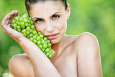 Portrait beautiful naked woman bunch grapes — Stock Photo