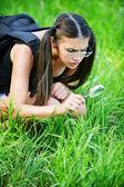 Mulher séria pensativo óculos lupa — Foto Stock