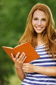 Portrait femme belle lecture livre — Photo