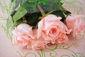 Bukett fem rosa rosor bakgrundstabell — Stockfoto