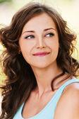 Encantadora mulher jovem modesto retrato — Foto Stock