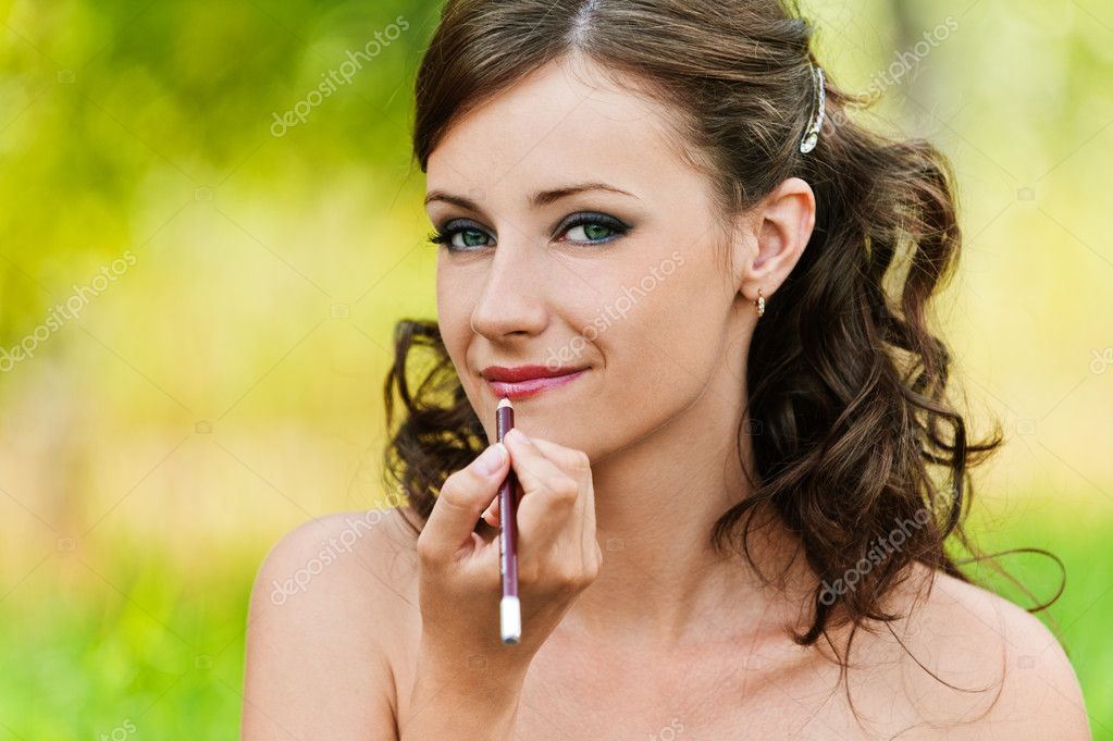 Portrait pretty young woman bare lipstick contour pencil background summer nature — Stock Photo #7581595
